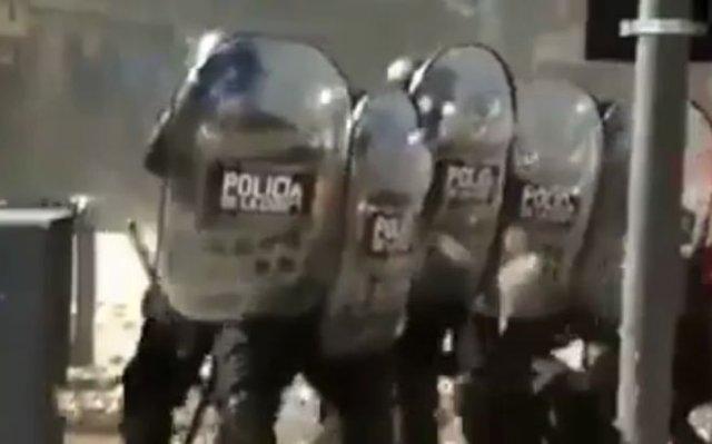 Протесты в Аргентине - в полицейских камни летят градом
