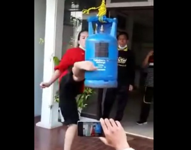 Видео, от которого будет больно - девушка тренирует удар ногой на железном баллоне