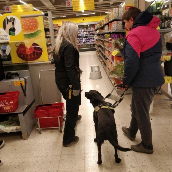 В финских магазинах продавцы помогают слепым делать покупки