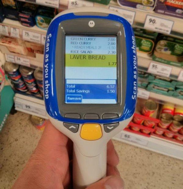 В Англии у входа в магазины есть стенды с ручными сканерами.