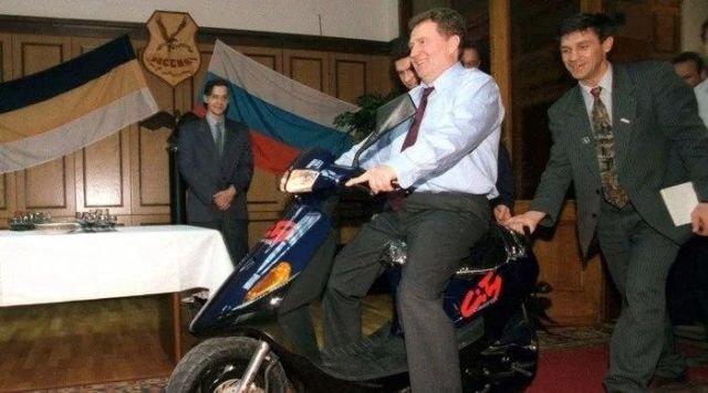 Владимир Жириновский въезжает в свой кабинет в Госдуме. Москва, 1996 год.