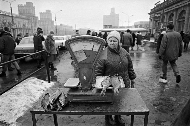 Торговля рыбой возле вокзала в Минске, 1991-92 гг.