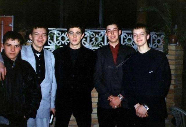 Сергей Бодров с фанатами, на премьере фильма «Брат», в городе Каменск-Уральский, 1997 год.