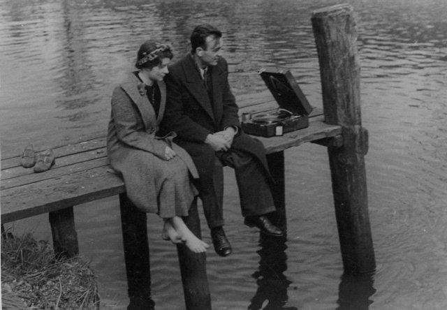 Пара слушает патефон на пирсе, Германия, 1935 год