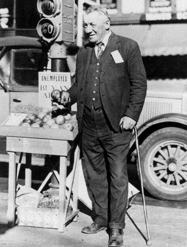 Фред Белл, бывший миллионер, а теперь безработный, продает яблоки со своего лотка на углу улицы в Сан–Франциско во время Великой Депрессии.
