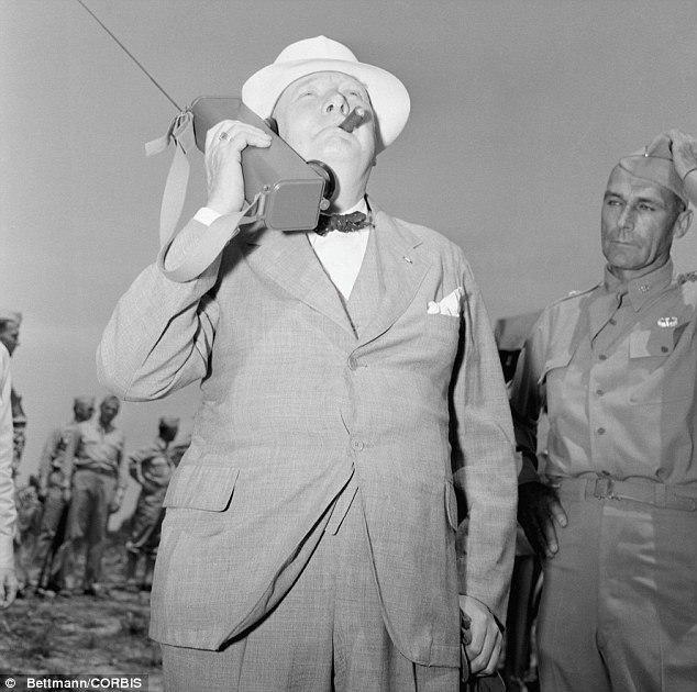 Уинстон Черчилль разговаривает по портативной рации, форт Джексон, 1942 год.