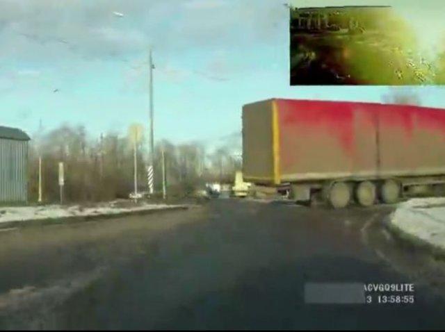 Водитель фуры не заметил легковушку позади