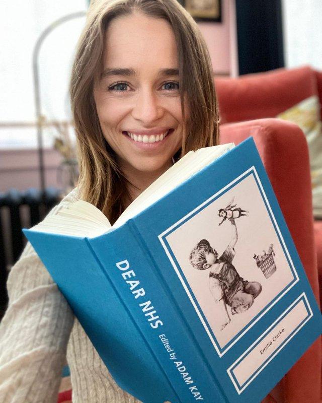 Эмилия Кларк читает книгу
