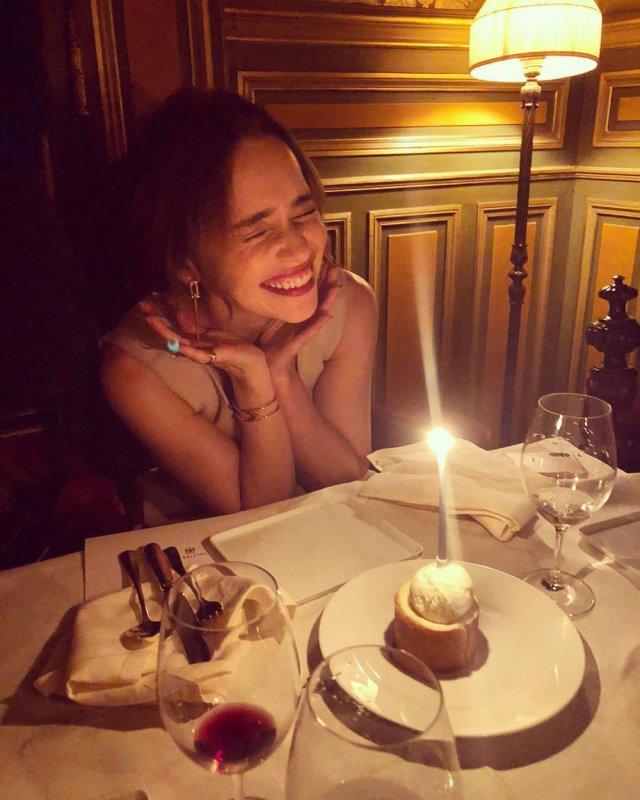 Эмилия Кларк за столом с десертом