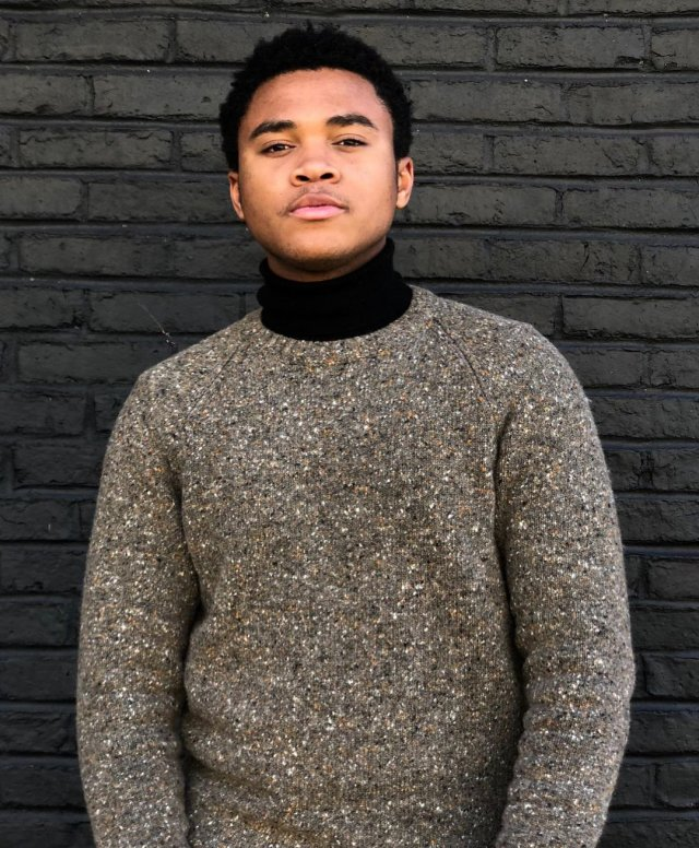 Чоузен Джейкобс в вязаном свитере