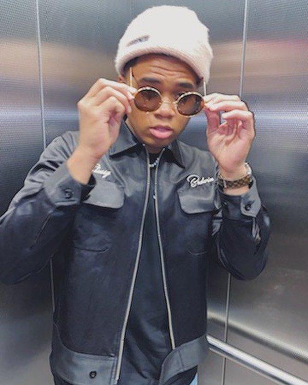 Чоузен Джейкобс примеряет очки в лифте