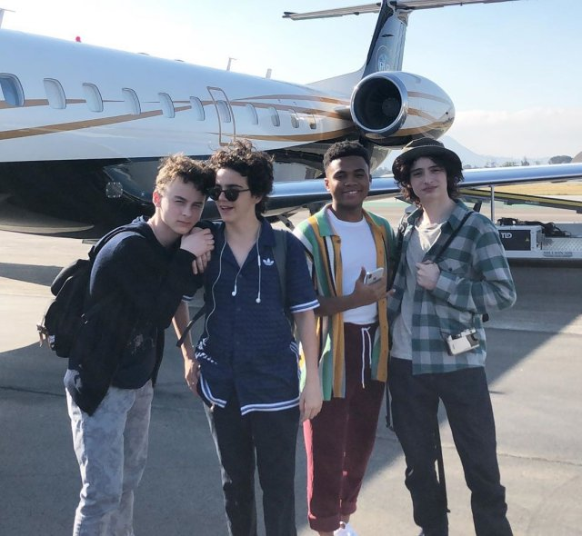 Чоузен Джейкобс с друзьями около самолета