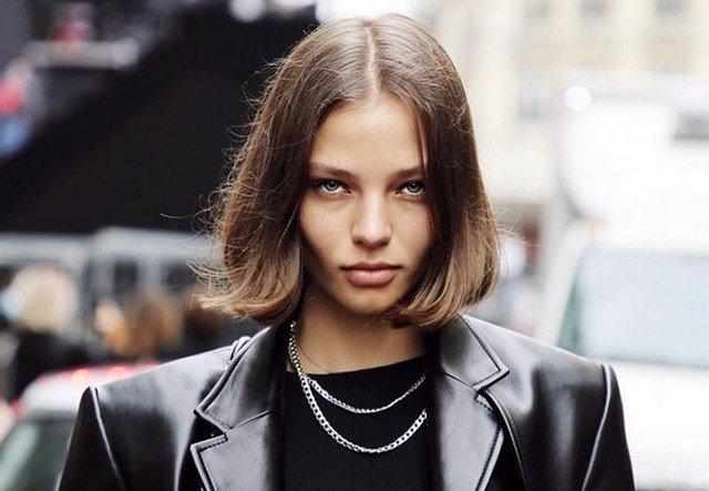 Алеся Кафельникова в черном костюме