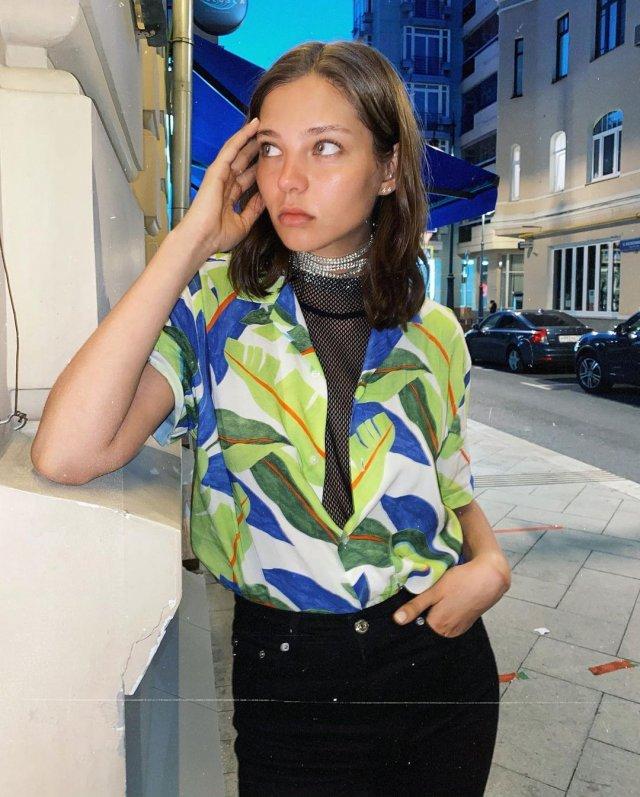 Алеся Кафельникова на Патриарших прудах в модной одежде