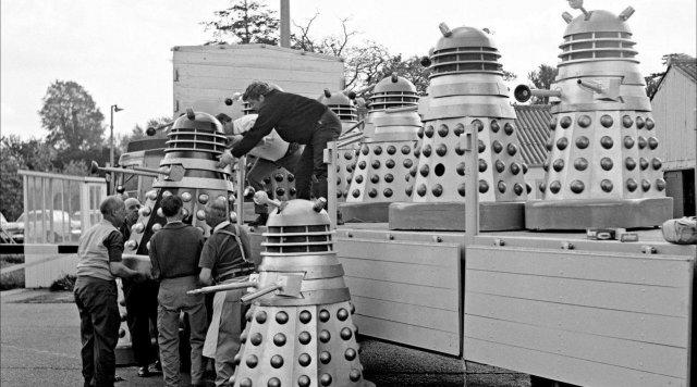Далеков (раса мутантов из культового «Доктора Кто») грузят на Каннский кинофестиваль, для пиара фильма, 1965 год.