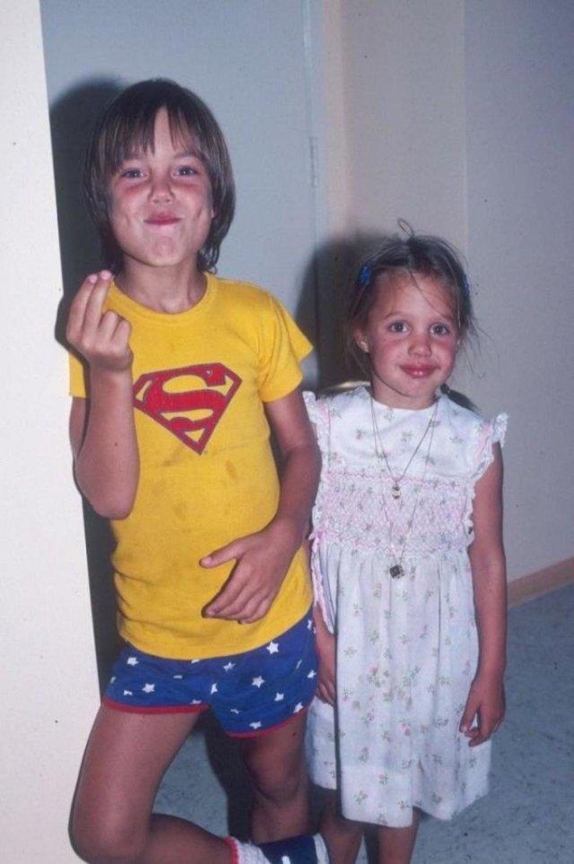 Анджелина Джоли (на фотографии справа) и ее брат Джеймс, 1980 год, США