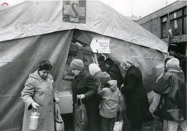 Очередь за гуманитарной помощью из Германии, Санкт-Петербург, 1991 год.