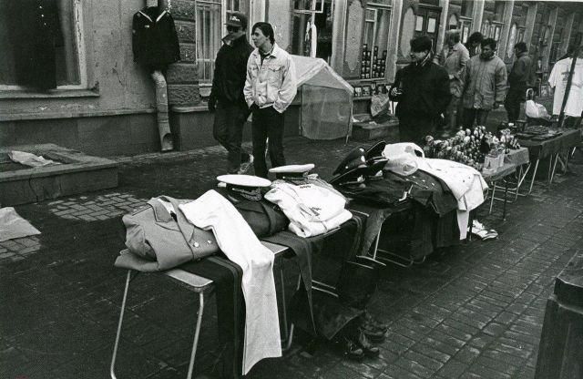 Торговля военной формой на Арбате, 1992 год.