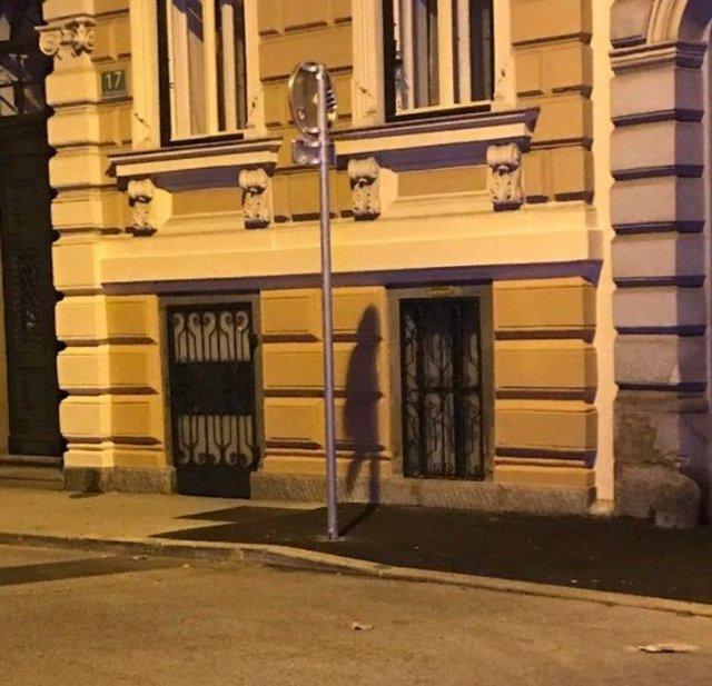 Столб в Петербурге - или это все же девушка?