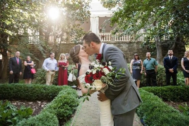 У невесты красивый шлейф - или это пол?