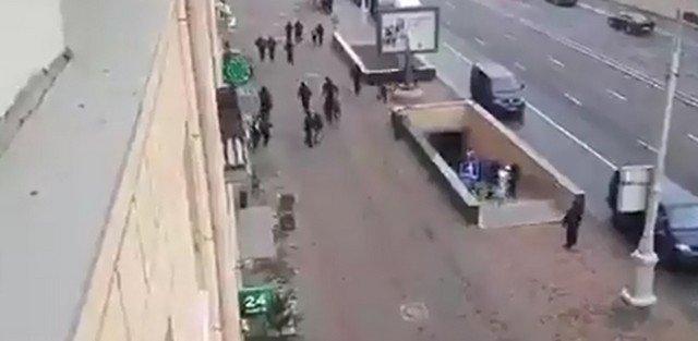 Девушка убегает от ОМОНа в Минске