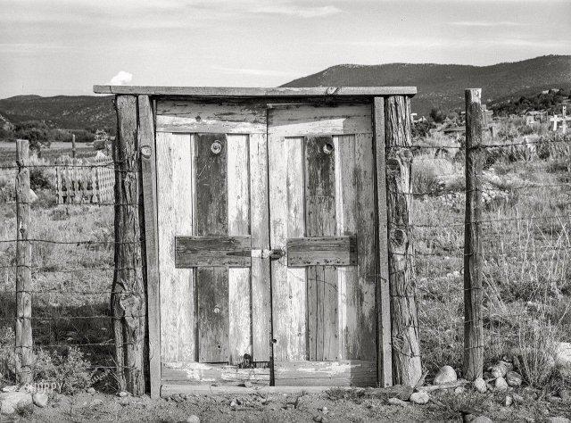 Вход на старое кладбище в Пенаско, штат Нью-Мексико. Июль 1940 года.