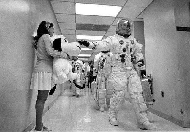 Командир миссии Аполлон 10 Томас Стаффорд, гладит Снупи, 18 мая 1969 года, Мыс Канаверел, США