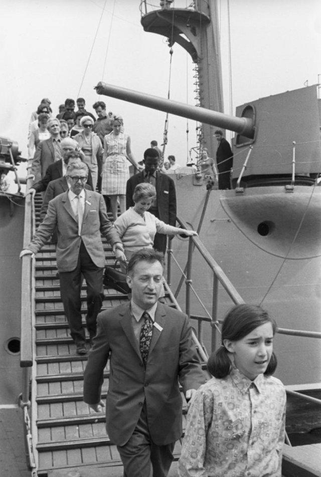 """Джанни Родари с дочерью Паолой во время экскурсии на крейсер """"Аврора"""", 1967 год, Ленинград"""