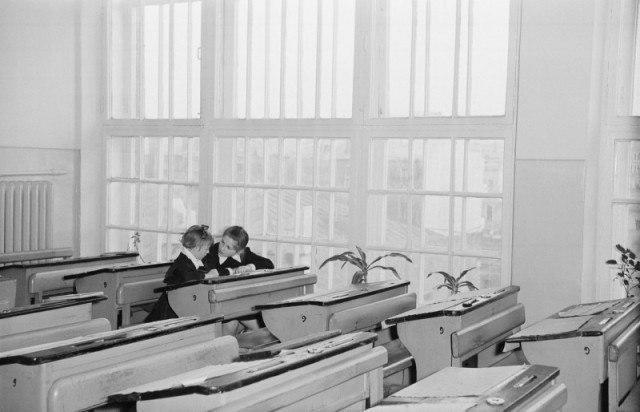 Помощь подружке после уроков. СССР,60-е.