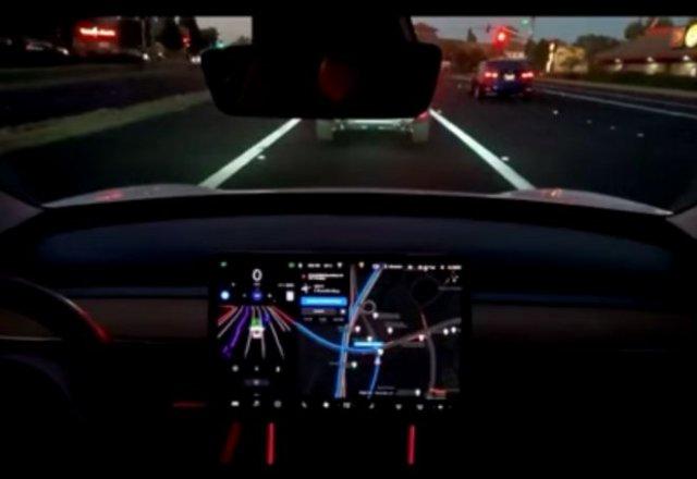 """Автопилот Tesla """"пошутил"""" над водителем"""