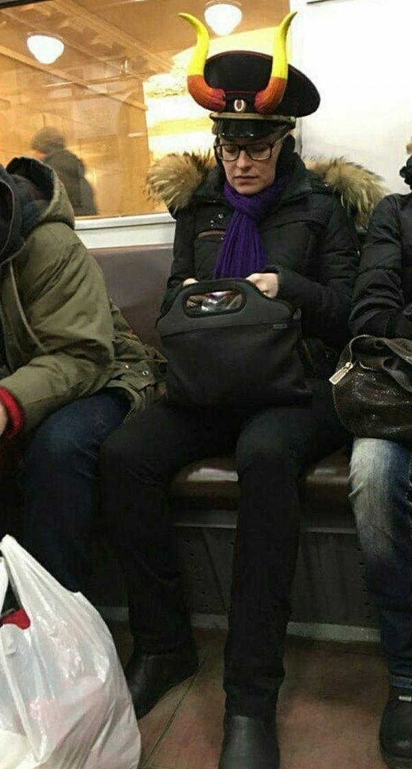 женщина в фуражке с рогами