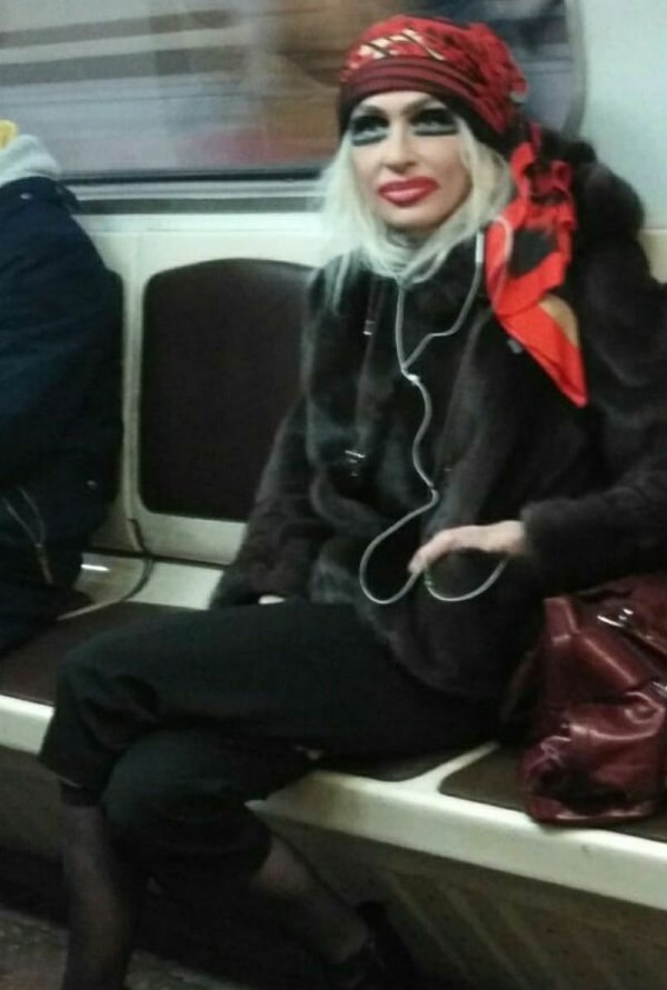 девушка переборщила с макияжем