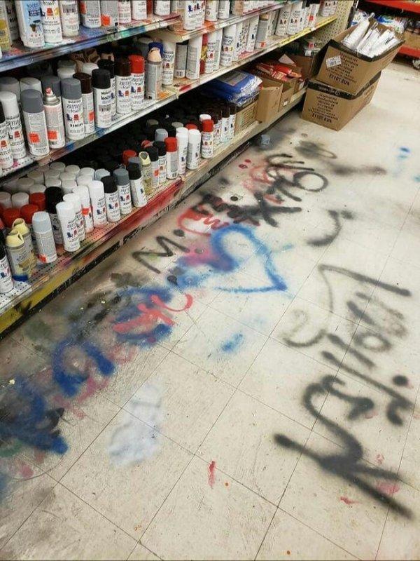Зачем далеко ходить, если можно попробовать краски прямо на полу?