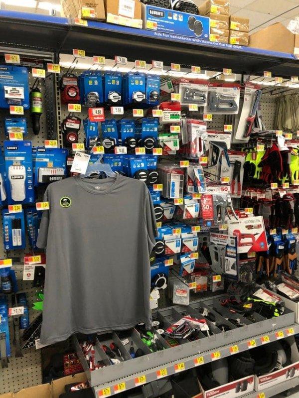 Мало того, что кто-то повесил футболку не на место, так ещё и закрыл ею все товары