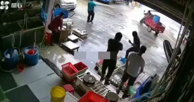 Невезение: баллон влетел в мотороллер