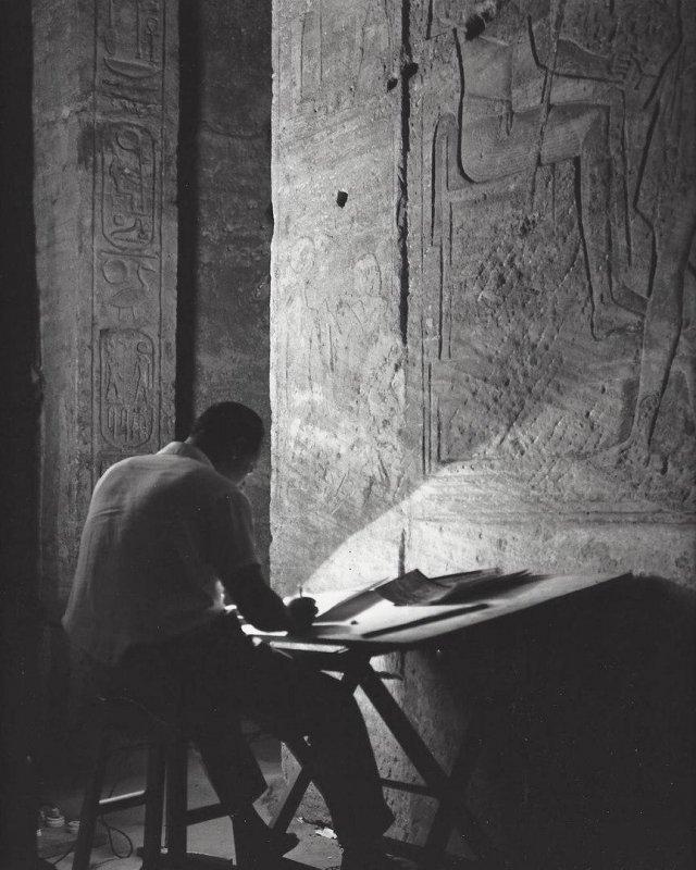 Археолог зарисовывает рельефы в храме Абу-Симбел. Египет, 1968 год.