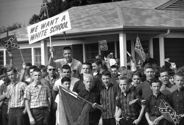 Белые подростки протестуют против расовой интеграции в Монтгомери, штат Алабама, 1963 год.