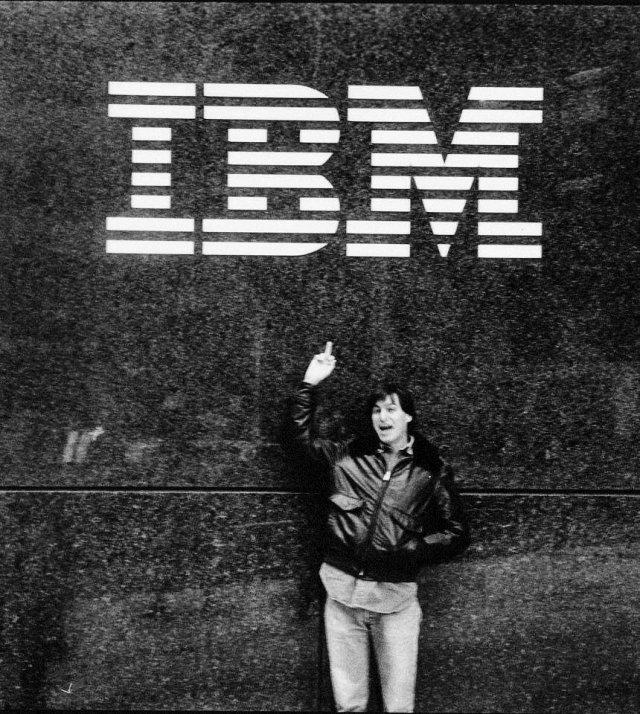 Юный Стив Джобс показывает средний палец IBM, 1983 год.