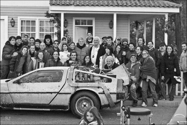 """Тот самый DeLorean DMC-12 и съемочная группа художественного фильма """"Назад в будущее"""". США, 1985 год"""