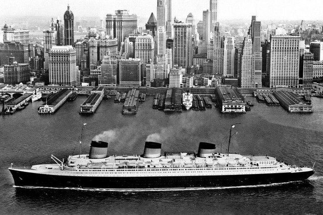 """Французский лайнер """"Нормандия"""" в Нью-Йорке, 1935 год"""