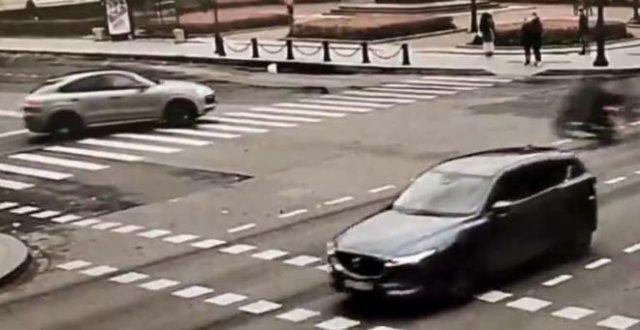 Парень на мопеде испугался автоледи на Porshe Cayenne и решил сам свалиться на дорогу