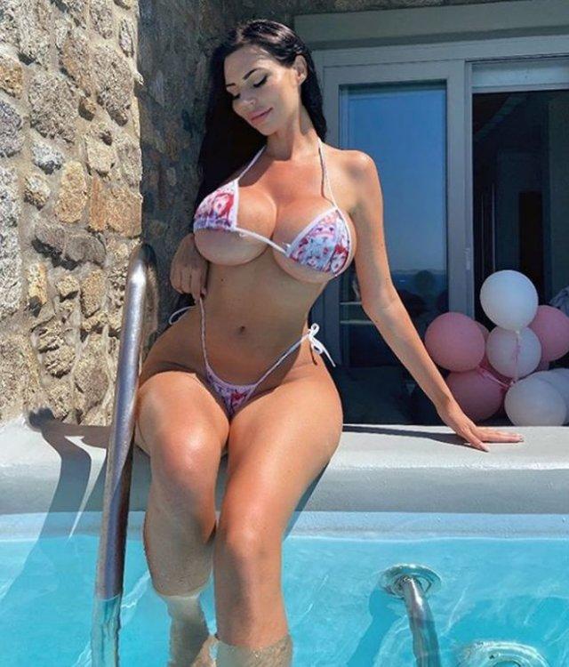 Модель Ивонн Бар пожаловалась, что ее грудь девятого размера отталкивает мужчин