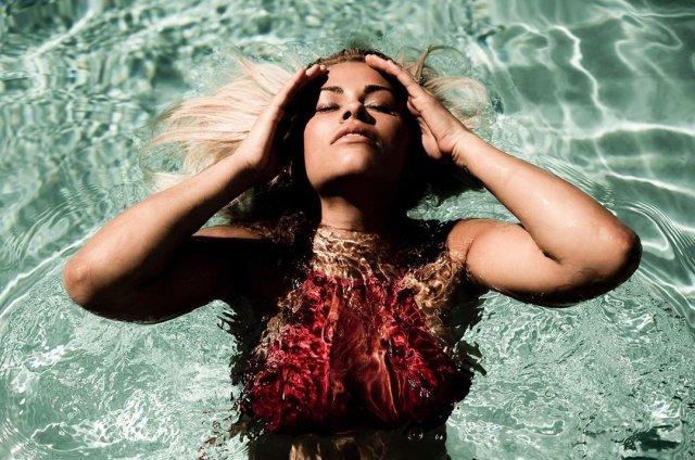 Пейдж Ванзант в красном топе в бассейне