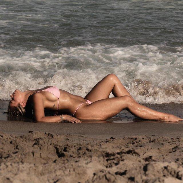 Пейдж Ванзант в розовом купальнике около моря