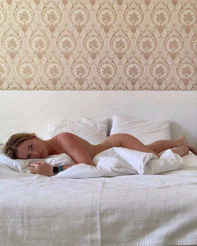 Полина Гренц обнаженная лежит на кровати