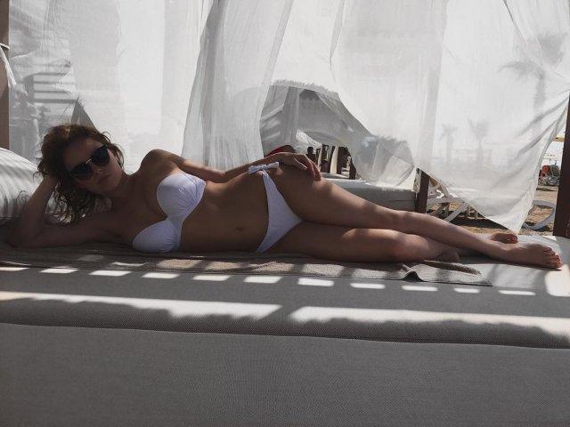 Полина Гренц в белом купальнике