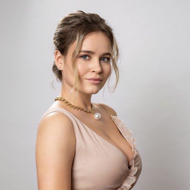 Полина Гренц в телесном платье