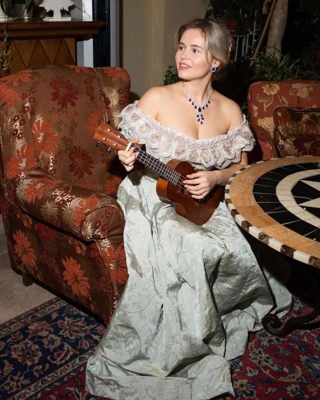 Полина Гренц в старинном платье с гитарой
