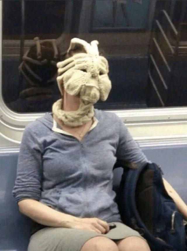 Лицехват на женщине в метро