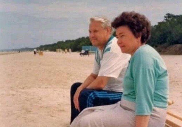 Борис Ельцин с женой на пляже
